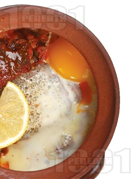 Гювечета със свинско месо от плешка, сирене, гъби печурки, яйца и сирене - снимка на рецептата